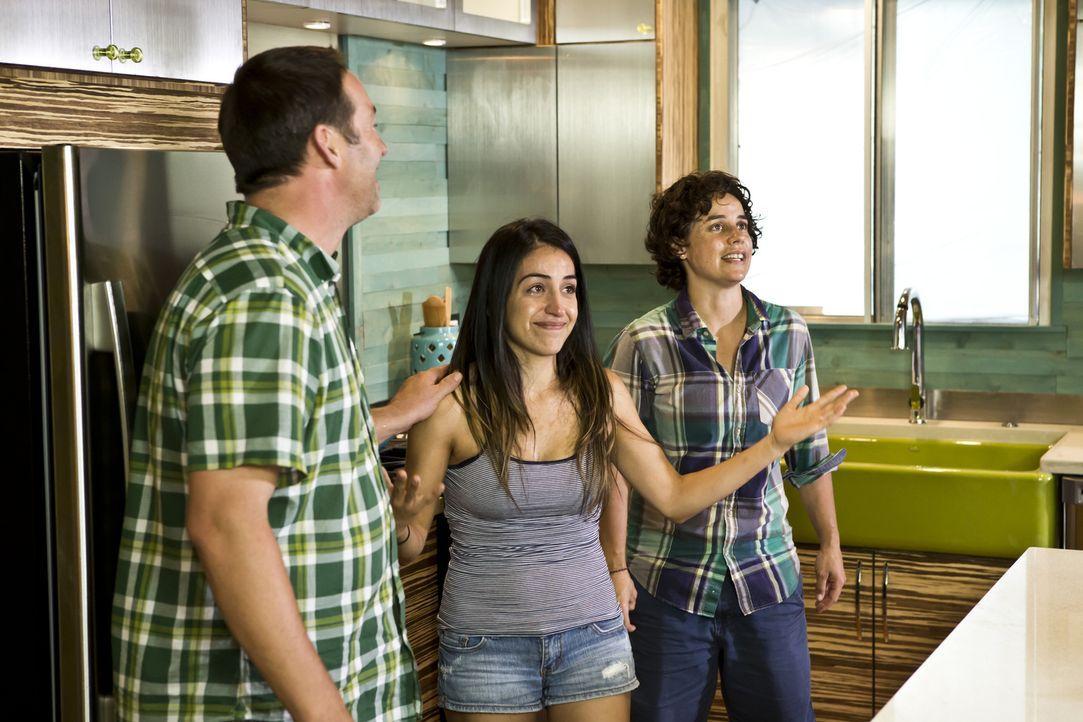 Jennifer Hernandez (M.) und Amy Williams (r.) können kaum glauben, was Profihandwerker Josh (l.) aus ihrer Küche gezaubert hat ... - Bildquelle: Martin Klimek 2013,DIY Network/Scripps Networks, LLC. All Rights Reserved / Getty Images