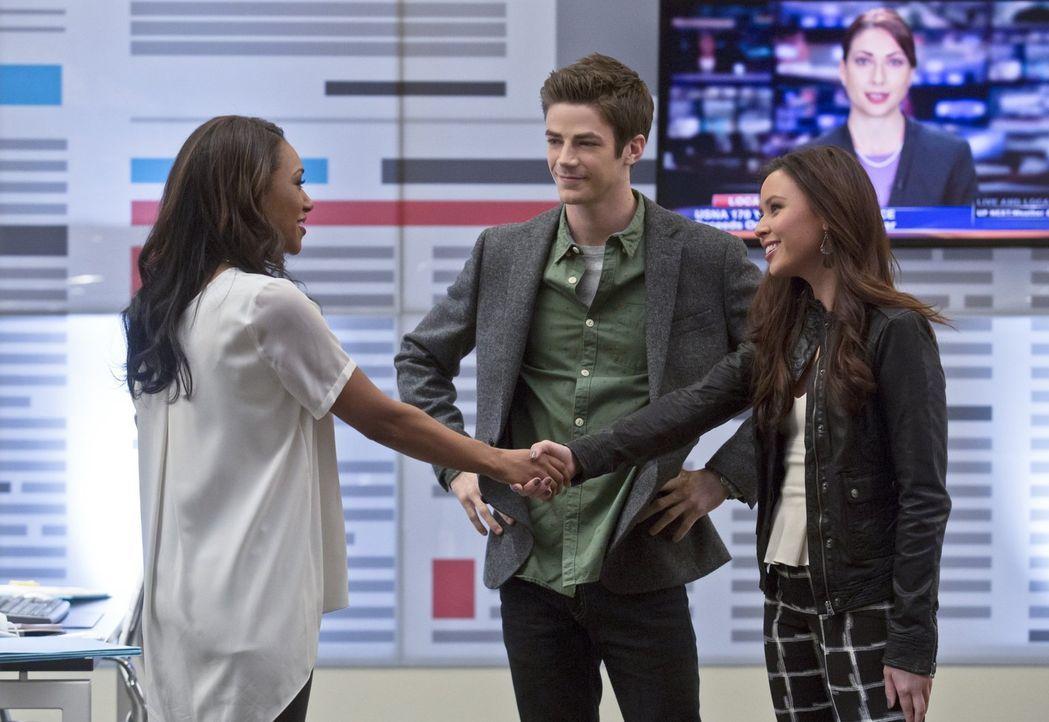 Bei einem Karaoke-Abend lernt Barry (Grant Gustin, M.) die Reporterin Linda (Malese Jow, r.) kennen. Iris (Candice Patton, l.) ist selber über ihre... - Bildquelle: Warner Brothers.