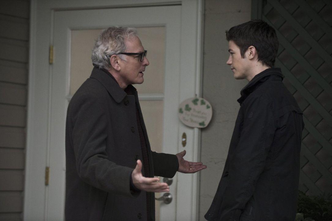 Als Barry (Grant Gustin, r.) erkennt, dass er vor 15 Jahren als Flash bereits in seinem Elternhaus war, sucht er einen Rat bei Dr. Stein (Victor Gar... - Bildquelle: Warner Brothers.
