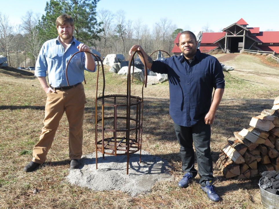 Im SpringHouse Restaurant in Alexander City, Alabama rösten Roger Mooking (r.) und Rob McDaniel (l.) saftige Lammkeulen an einem selbstgebauten Gril... - Bildquelle: 2016,Cooking Channel, LLC. All Rights Reserved.