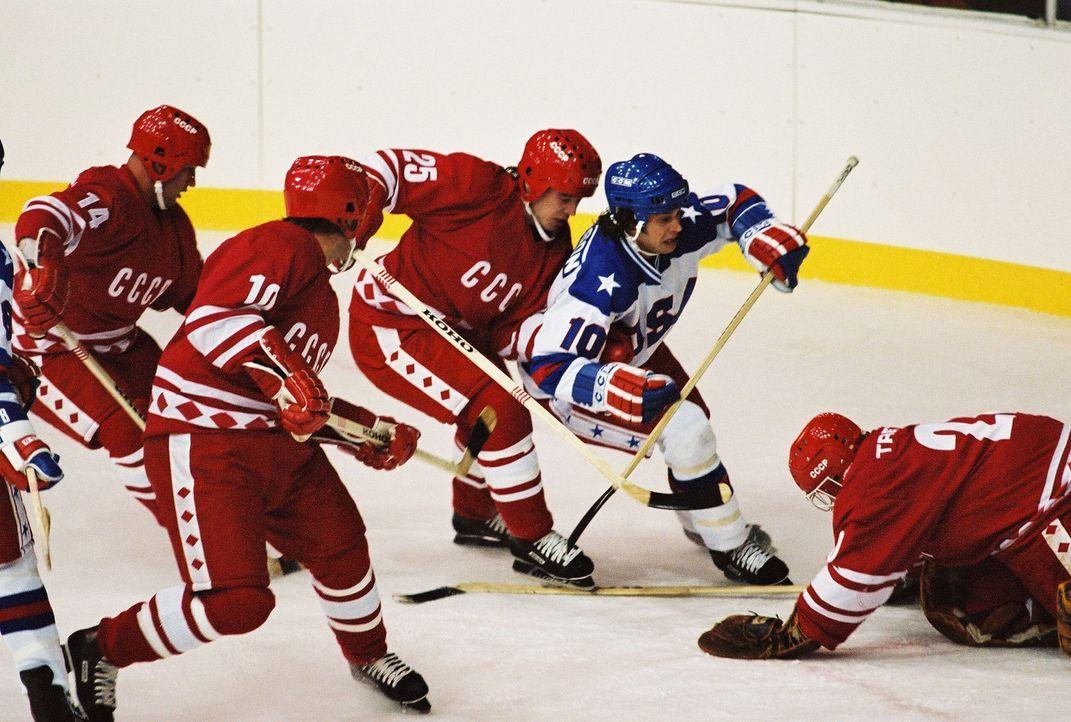 Bei den olympischen Winterspielen 1980 in Lake Placid gelingt der amerikanischen Eishockeymannschaft ein sportliches Wunder: Das unerfahrene Team vo... - Bildquelle: Disney Enterprises, Inc. All rights reserved