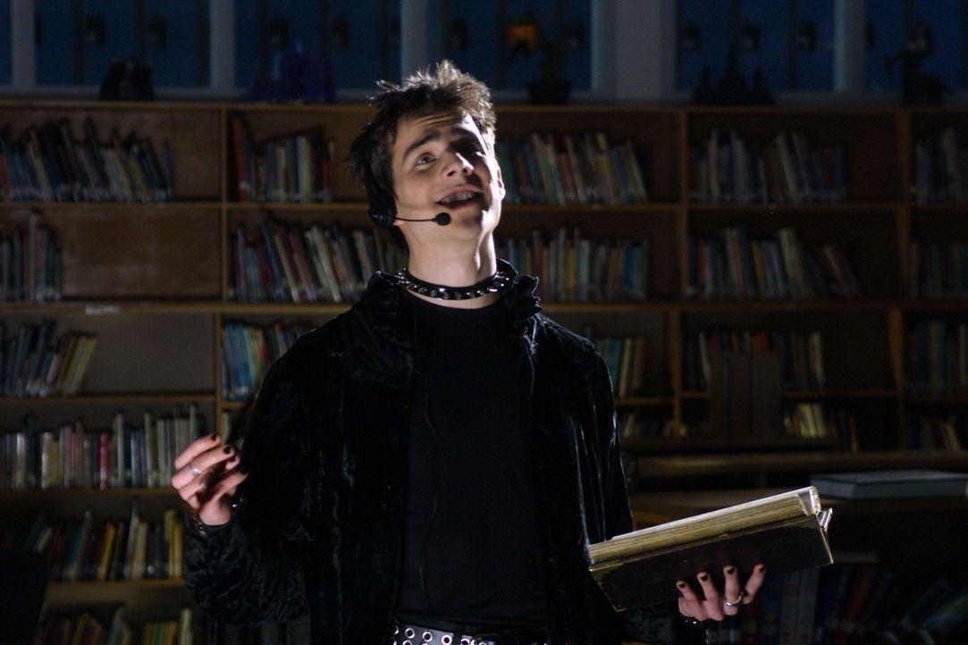 Lex (Kristopher Turner) hat für alles gesorgt: Mit seinem Headset kann er nicht nur Durchsagen im Schulhaus machen - er kann sogar jeden Mucks hören... - Bildquelle: Regent Entertainment