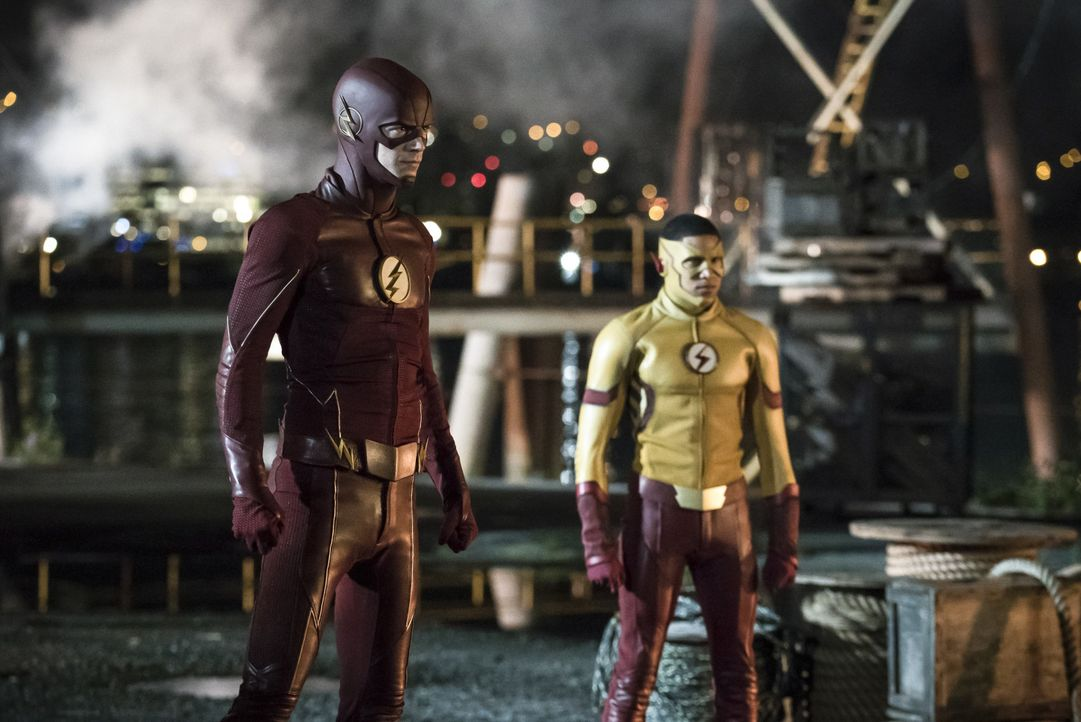 Nicht nur, dass sein alter Bekannter jetzt als Kid Flash (Keiynan Lonsdale, r.) die Stadt beschützt, auch seine anderen alten Freunde scheinen neue,... - Bildquelle: 2016 Warner Bros.