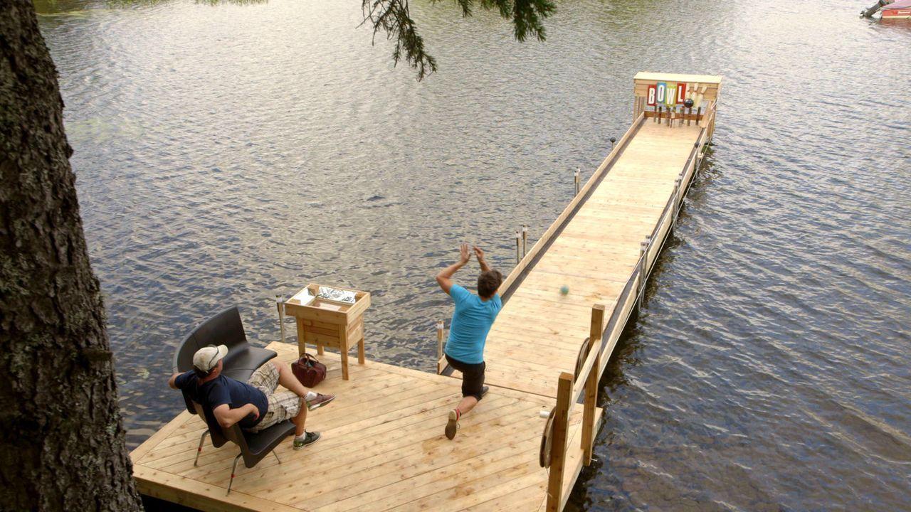 Weil Andrew (r.) und Kevin (l.) sich nicht entscheiden können, ob sie lieber eine Bowling-Bahn oder einen neuen Steg für ihr Haus bauen wollen, mach... - Bildquelle: Brojects Ontario Ltd./Brojects NS Ltd