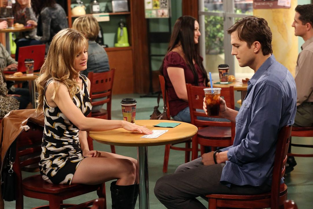 Haben Walden (Ashton Kutcher, r.) und Kate (Brooke D'Orsay, l.) noch eine Chance auf eine gemeinsame Zukunft? - Bildquelle: Warner Brothers Entertainment Inc.