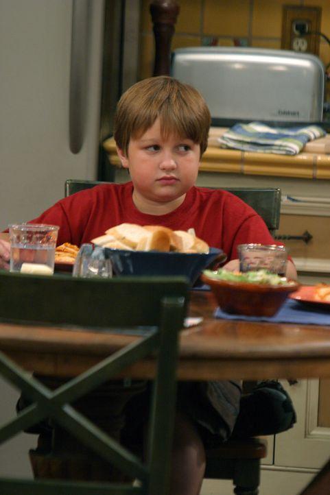 Jake (Angus T. Jones) ist sehr beeindruckt von dem neuen Freund seiner Mutter, Dr. Melnick, und spricht die ganze Zeit von ihm, was Alan ziemlich ne... - Bildquelle: Warner Bros. Television