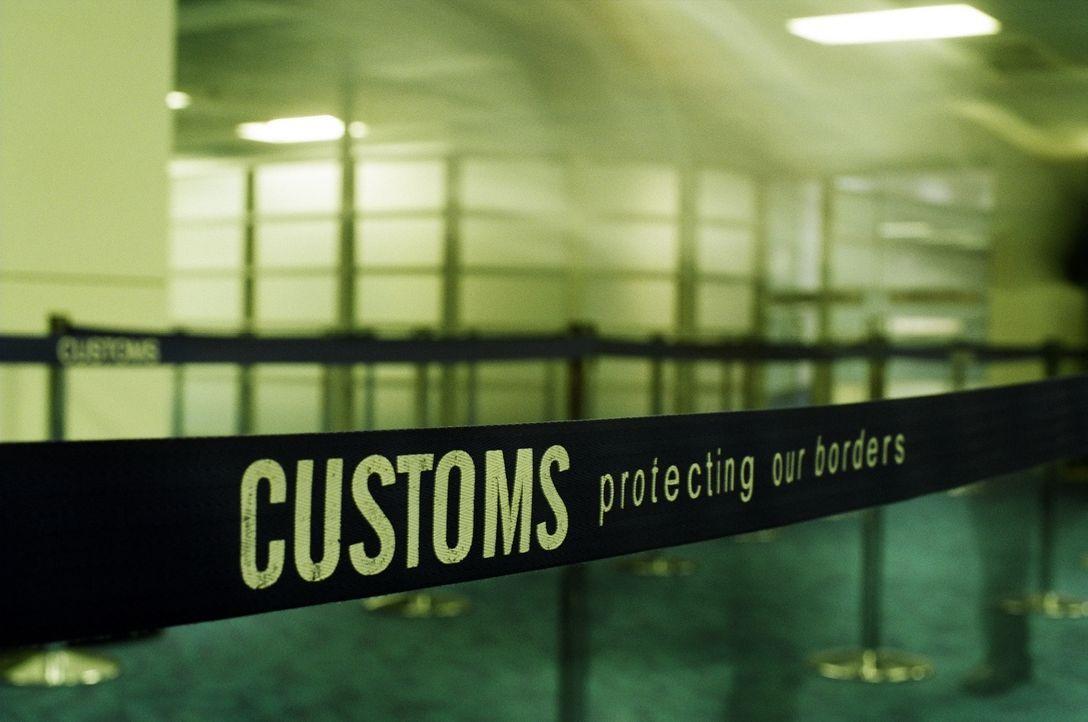 Die Beamten untersuchen das Gepäck eines Engländers, der angibt, nur für ein... - Bildquelle: Seven Productions 2010