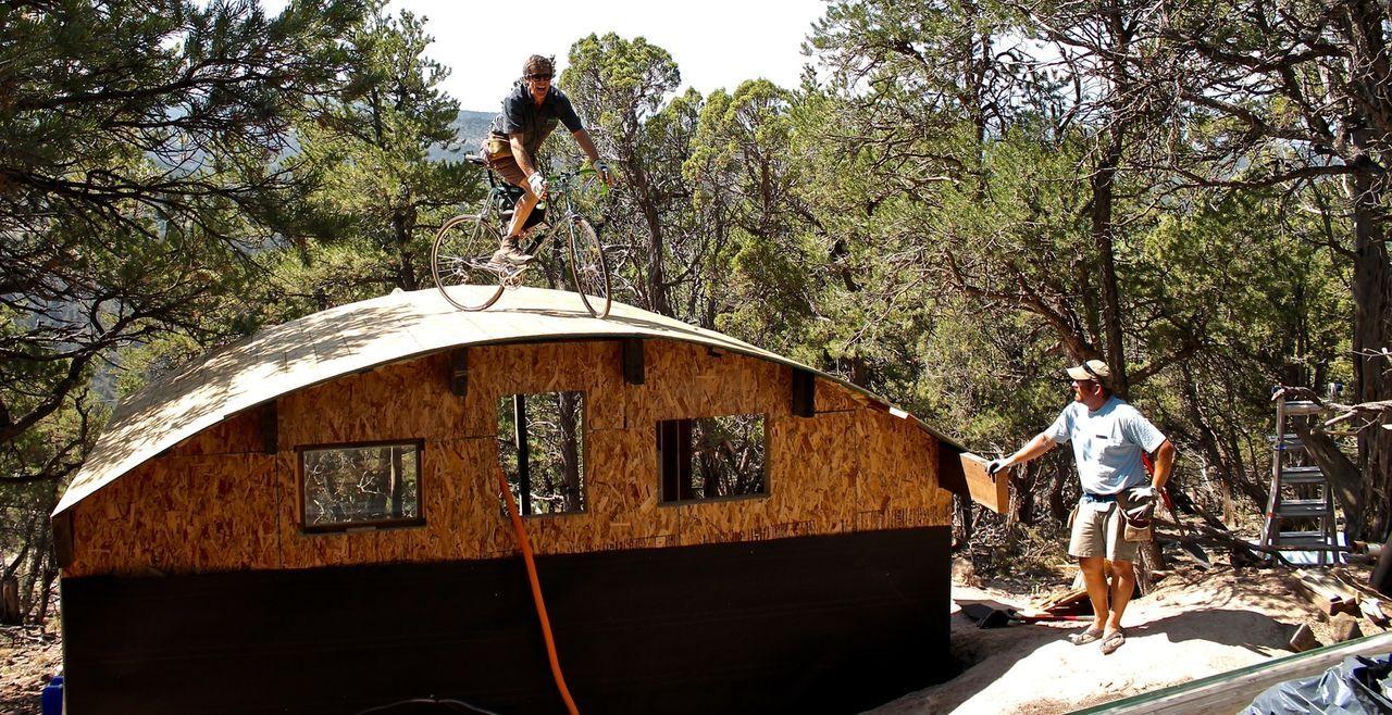Die rauen Rocky Mountains im Westen Colorados sind ein Traum für tollkühne Outdoorfans wie Steve Novy (l.) und eine Gruppe von mutigen Mountainbiker... - Bildquelle: 2016,DIY Network/Scripps Networks, LLC. All Rights Reserved.