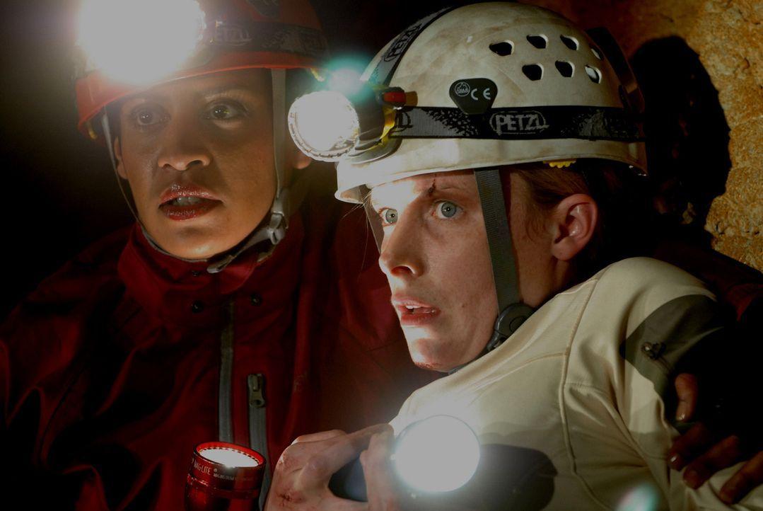 Unglücklicherweise kehren Sarahs (Shauna MacDonald, r.) Erinnerungen an die blinden Höhlenmonster zu spät für sie selbst und Deputy Ellen Rios (Krys...