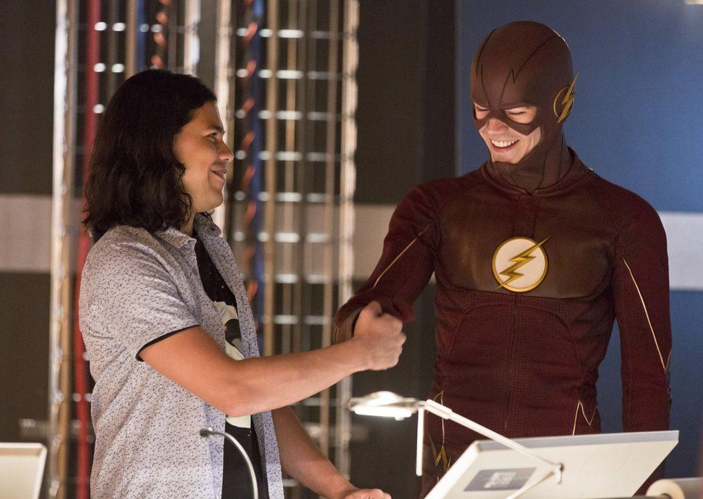 Können Cisco (Carlos Valdes, l.) und Barry alias The Flash (Grant Gustin, r.) verhindern, dass eine Familienauseinandersetzung tödlich endet? - Bildquelle: 2015 Warner Brothers.