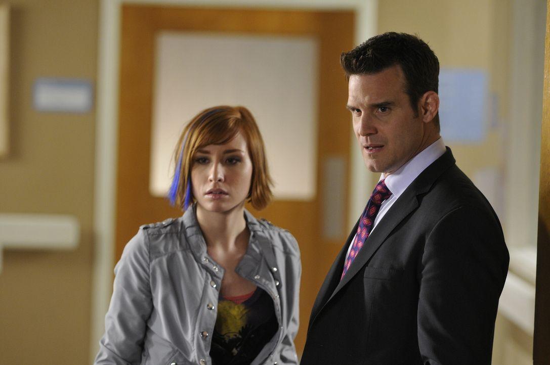 Claudia (Allison Scagliotti, l.) und Pete (Eddie McClintock, r.) sorgen sich um Myka. Diese hatte sich undercover bei einer Modenschau eingeschliche... - Bildquelle: Steve Wilkie SCI FI Channel