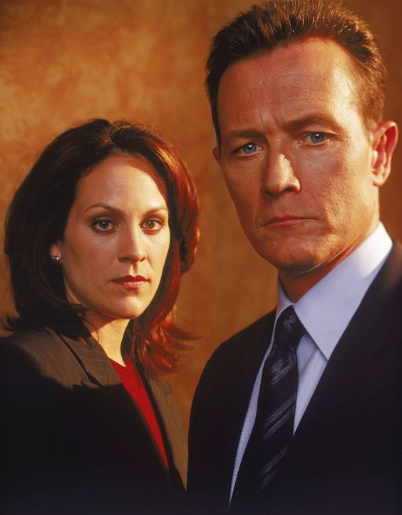 (9. Staffel) - Agent John Doggett (Robert Patrick, r.) und Agent Monica Reyes (Annabeth Gish, l.) ergänzen sich im FBI-Team perfekt. - Bildquelle: TM +   Twentieth Century Fox Film Corporation. All Rights Reserved.