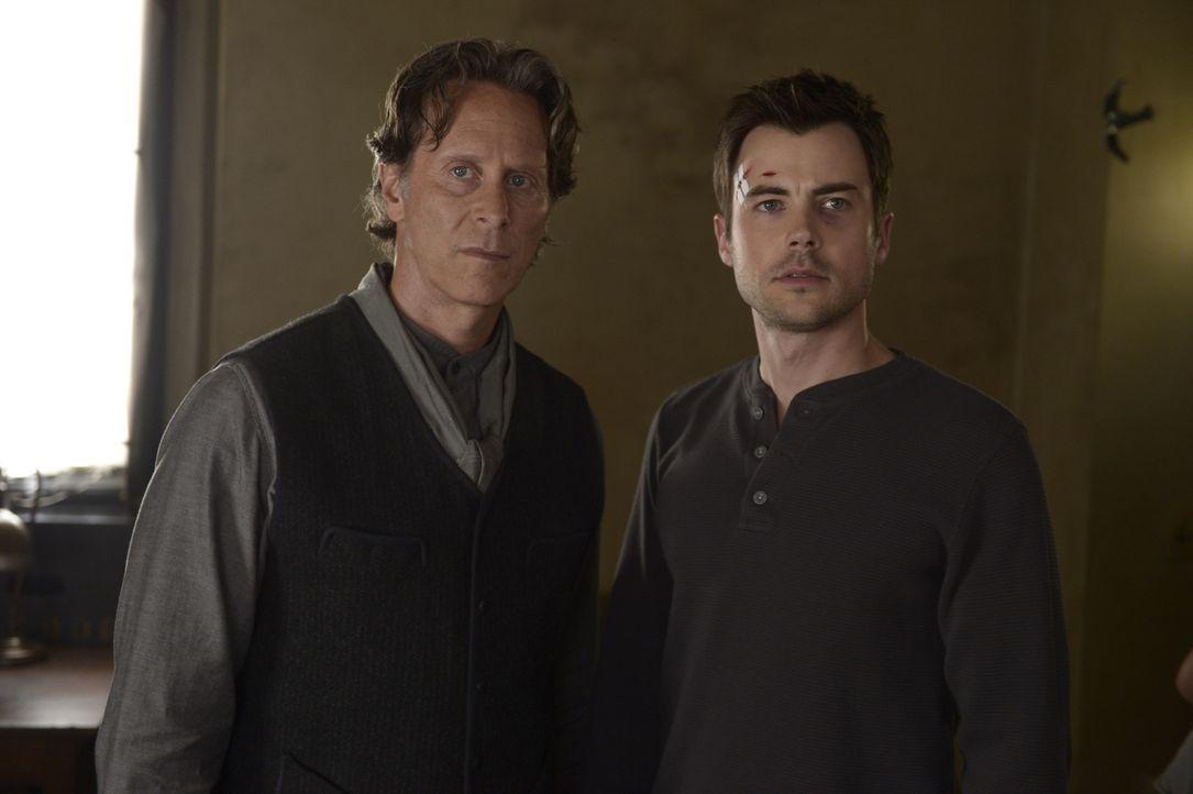 Während Bruder Michael (Steven Weber, l.) und Kyle (Matt Long, r.) die Entwicklungen auf dem Anwesen mit Argwohn betrachten, versucht Julia sich in... - Bildquelle: Philippe Bosse 2014 Syfy Media, LLC