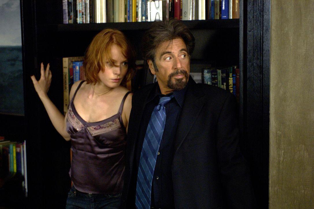 Sind in großer Gefahr: College-Professor Jack Gramm (Al Pacino, r.) und seine junge Assistentin Kim Cummings (Alicia Witt, l.) ... - Bildquelle: Nu Image