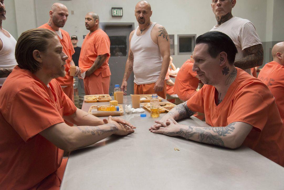 Während seines kurzen Aufenthalts im Gefängnis versucht sich Jax (Charlie Hunnam, l.) an Verhandlungen mit dem Führer der Aryan Brotherhood, Tally (... - Bildquelle: Prashant Gupta 2013 Twentieth Century Fox Film Corporation and Bluebush Productions, LLC. All rights reserved.