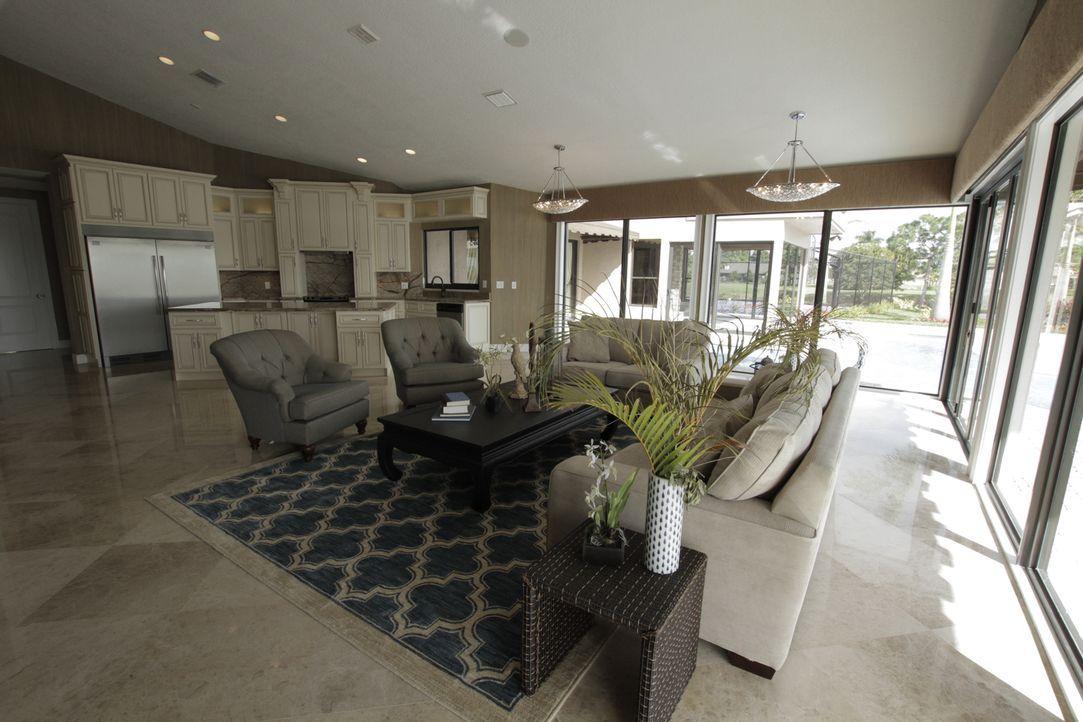 Mit einer großen Fensterfront sollen die Hausbesitzer das Gefühl haben, draußen zu sein, obwohl sie in ihrem Esszimmer sitzen. Also wurde dieser Rau... - Bildquelle: 2014, DIY Network/Scripps Networks, LLC. All Rights Reserved.