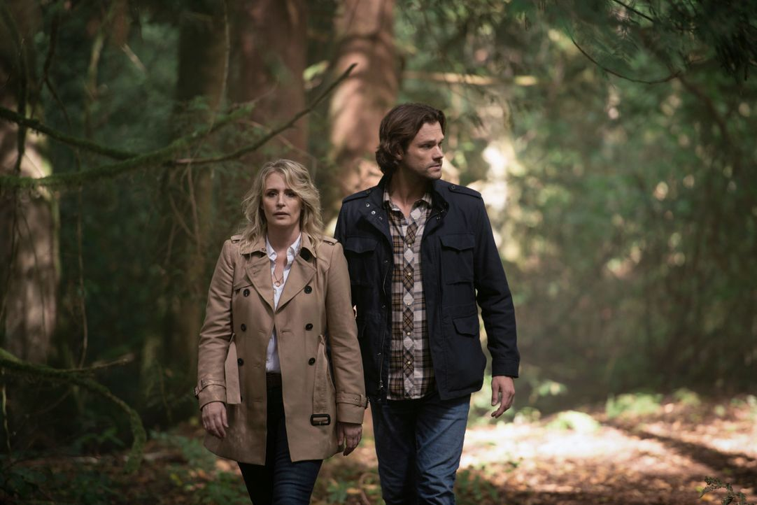 Mary Winchester (Samantha Smith, l.); Sam Winchester (Jared Padalecki, r.) - Bildquelle: Diyah Pera 2018 The CW Network, LLC All Rights Reserved / Diyah Pera