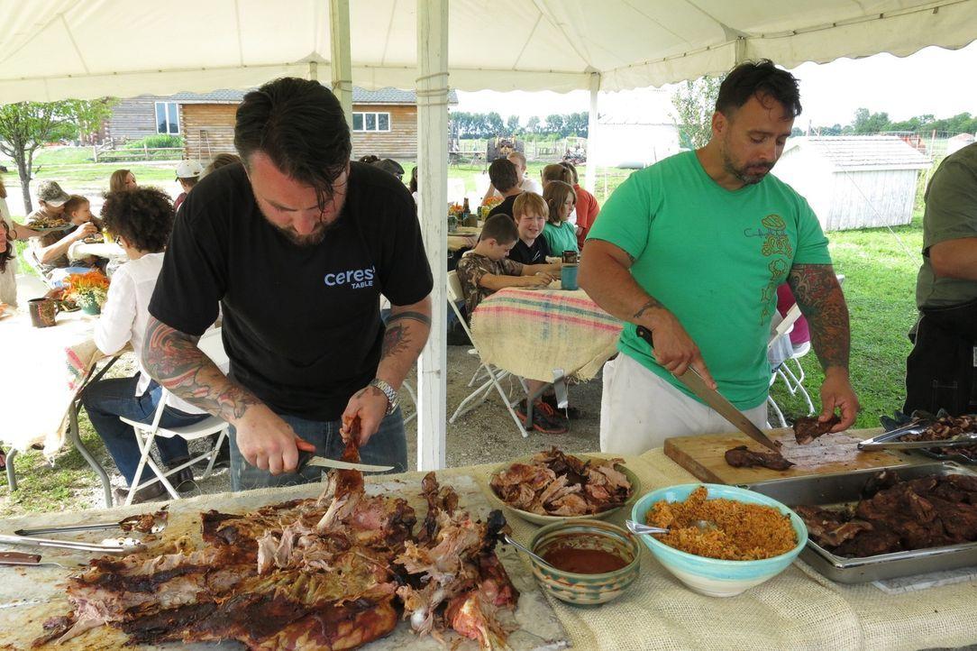 Chefkoch Andrew Sikkelerus (l.) und seine Freunde grillen für das Gartenfest auf Faith's Farm auf drei verschiedenen Geräten: am Asado-Kreuz, auf ei... - Bildquelle: 2015,Cooking Channel, LLC. All Rights Reserved.