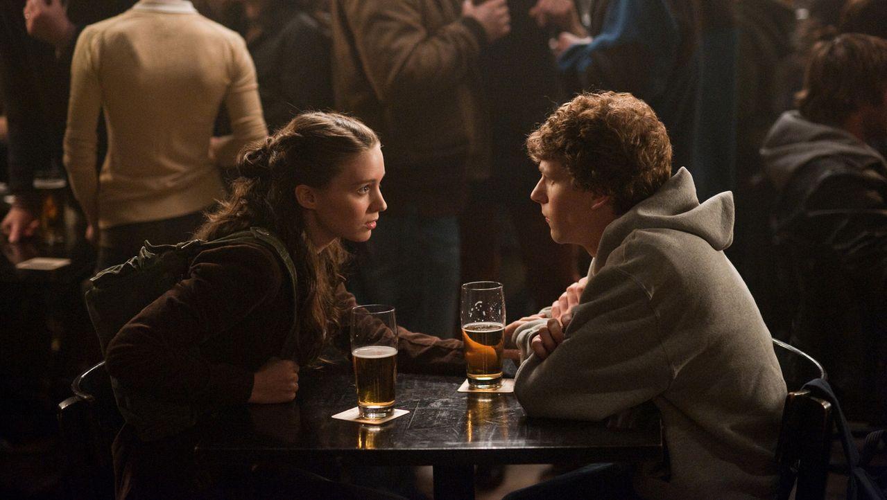 Kaum trennt sich Erica Albright (Rooney Mara, l.) von Mark Zuckerberg (Jesse Eisenberg, r.), da muss sie auch schon erfahren, welch geschmacklose Bl... - Bildquelle: 2010 Columbia Pictures Industries, Inc. and Beverly Blvd LLC. All Rights Reserved.