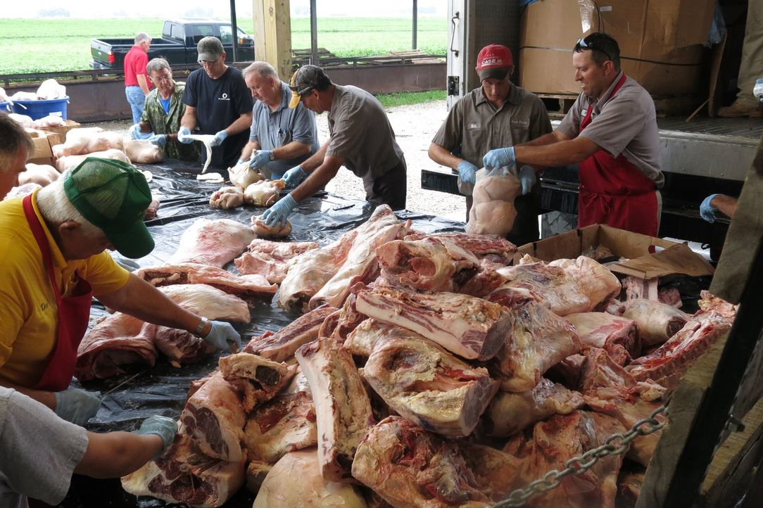 Für das 100. Jubiläums-Picknick der Maria Magdalena Gemeinde in Owensboro, Kentucky, müssen alle mitanpacken, denn mehrere tausend Kilo Fleisch müss... - Bildquelle: 2015,Cooking Channel, LLC. All Rights Reserved.