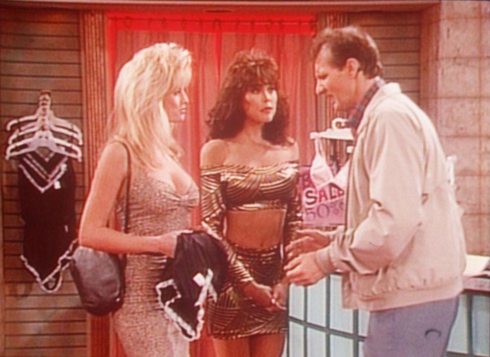 Al (Ed O'Neill, r.) versucht anhand der gut gebauten Frauen im Unterwäscheladen zu ermitteln, welche BH-Größe Peggy hat. - Bildquelle: Sony Pictures Television International. All Rights Reserved.