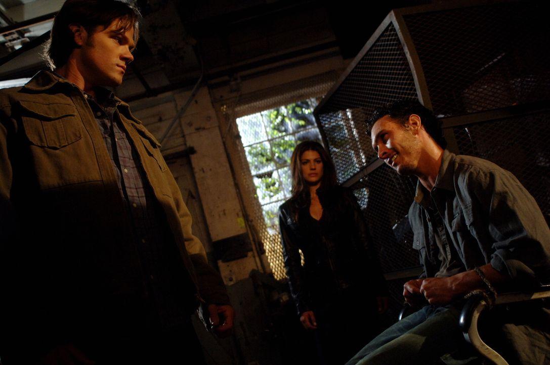 Während Sam (Jared Padalecki, l.) und Ruby (Genevieve Cortese, M.) einen Rugaru (Marcus Hondro, r.) gefangen haben, findet Dean Sams Geheimnis herau... - Bildquelle: Warner Brothers Entertainment Inc.