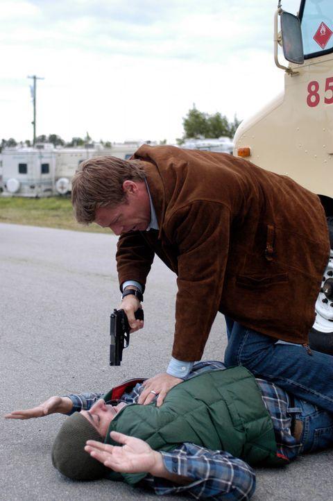 Tom (Joel Gretsch, oben) hat es geschafft einen der Angreifer das Handwerk zu legen, doch der Wettlauf gegen die Zeit um die Rückkehrer zu schützen... - Bildquelle: Viacom Productions Inc.