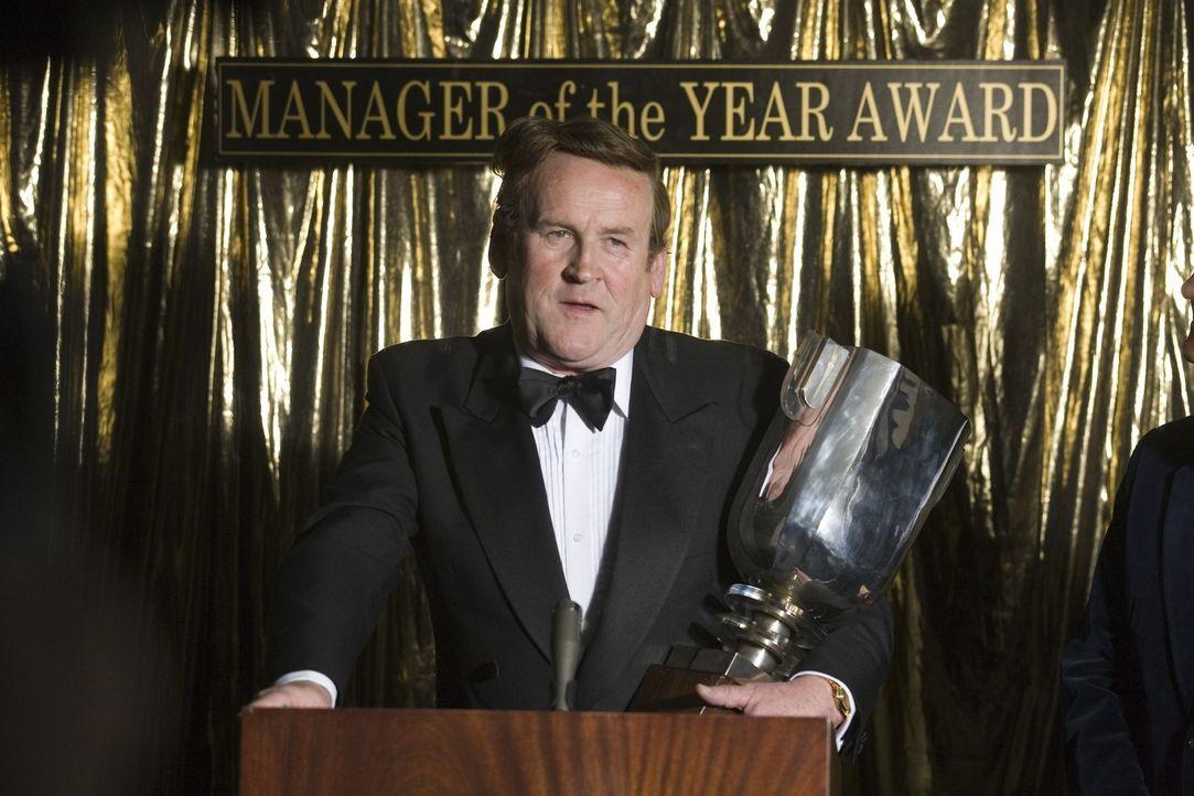 Die Tatsache, dass Don Revie (Colm Meaney) Manager des Jahres wird, spornt seinen ärgsten Verfolger Brian Clough nur noch mehr an ... - Bildquelle: Sony Pictures Television Inc. All Rights Reserved.