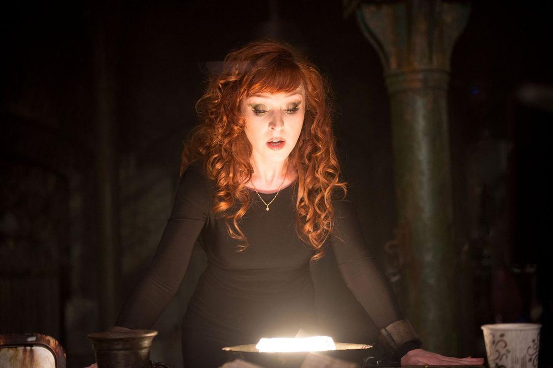 Um den mächtigen Zauber ausführen zu können, brauchen Rowena (Ruth Connell), Sam und Castiel ganz besondere Zutaten und keine davon ist leicht aufzu... - Bildquelle: 2016 Warner Brothers