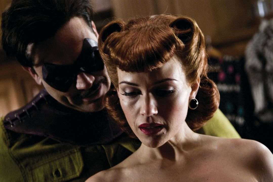 Zunächst hat The Comedian (Jeffrey Dean Morgan, l.) nichts Gutes mit Silk Spectre (Carla Gugino, r.) im Sinn. Doch dann verlieben sich die beiden -... - Bildquelle: Paramount Pictures