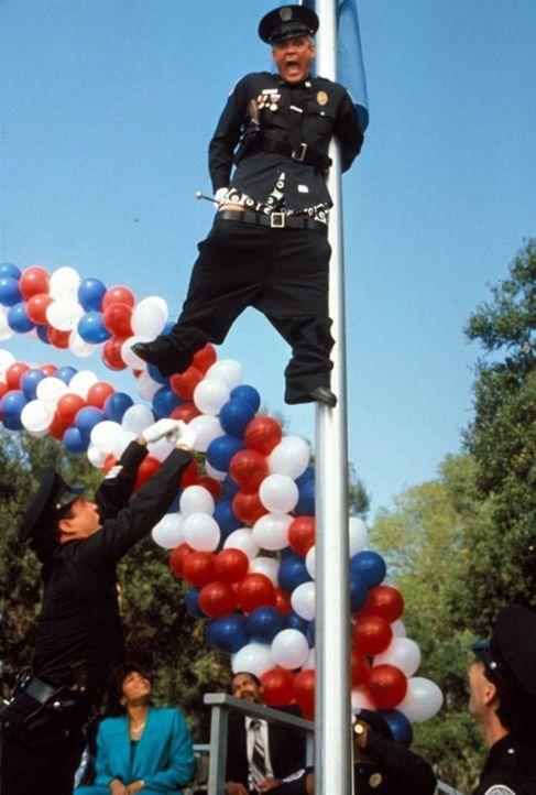 Captain Harris (G. W. Bailey) in prekärer Lage: Ob er von dem Flaggenmast auch wieder herunterkommt? - Bildquelle: Warner Brothers International