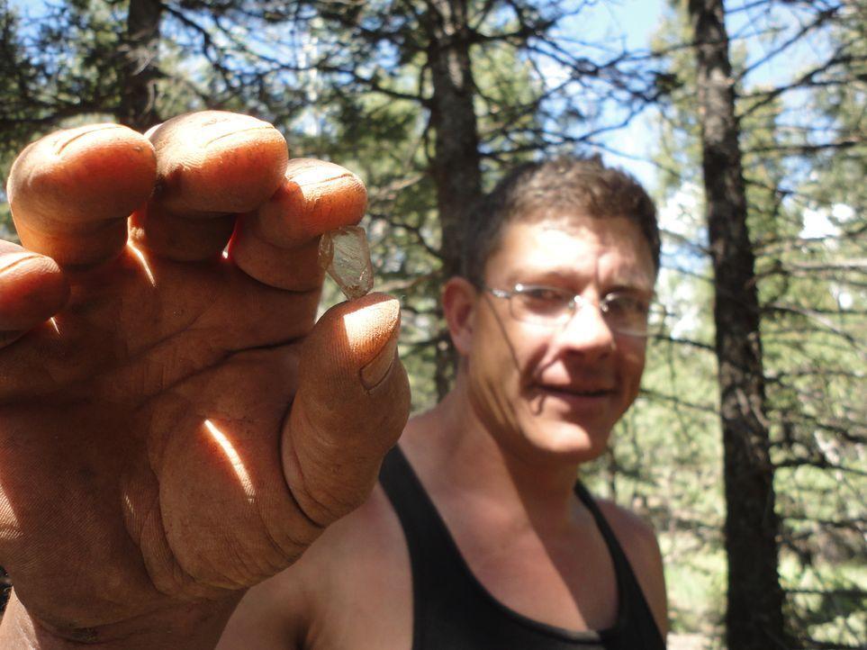 Auf der Suche nach einem Stein für den Ehering: Travis ... - Bildquelle: High Noon Entertainment 2014