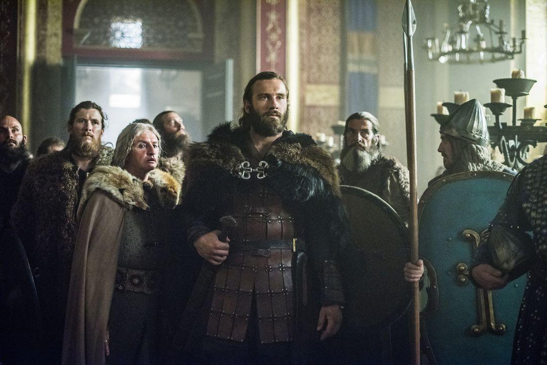 Kaiser Karl bietet Rollo (Clive Standen, M.) die Hand seiner Tochter Prinzessin Gisla an, wenn er dafür Paris gegen die Wikinger verteidigt. Doch wi... - Bildquelle: 2015 TM PRODUCTIONS LIMITED / T5 VIKINGS III PRODUCTIONS INC. ALL RIGHTS RESERVED.