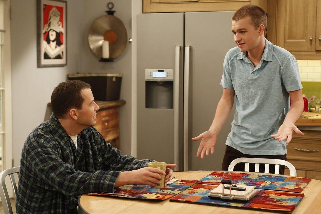 Alan (Jon Cryer, l.) kann nicht verstehen, wie sich sein Sohn Jake (Angus T. Jones, r.) in Missi verlieben konnte ... - Bildquelle: Warner Brothers Entertainment Inc.