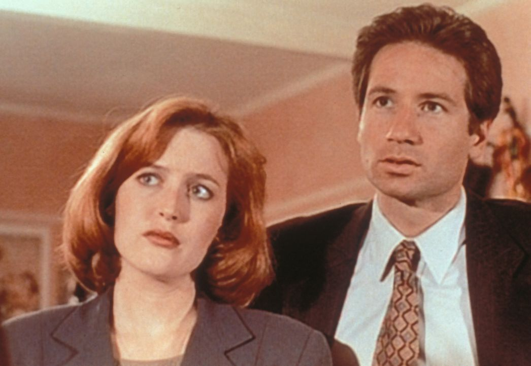 Mulder (David Duchovny, r.) und Scully (Gillian Anderson, l.) wollen es zunächst nicht glauben, als ihnen ein offenbar hellseherisch begabter Versic... - Bildquelle: TM +   Twentieth Century Fox Film Corporation. All Rights Reserved.