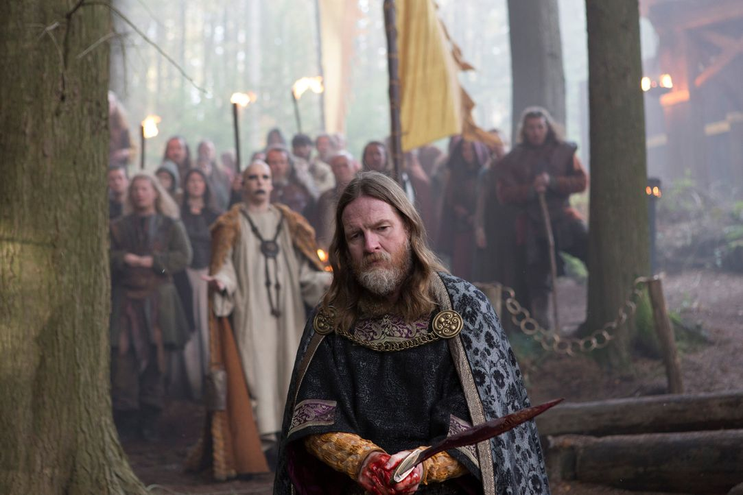 Für Mönch Athelstan eine unerträgliche Situation, als König Horak (Donal Logue) neun Männer den Göttern opfert ... - Bildquelle: 2013 TM TELEVISION PRODUCTIONS LIMITED/T5 VIKINGS PRODUCTIONS INC. ALL RIGHTS RESERVED.