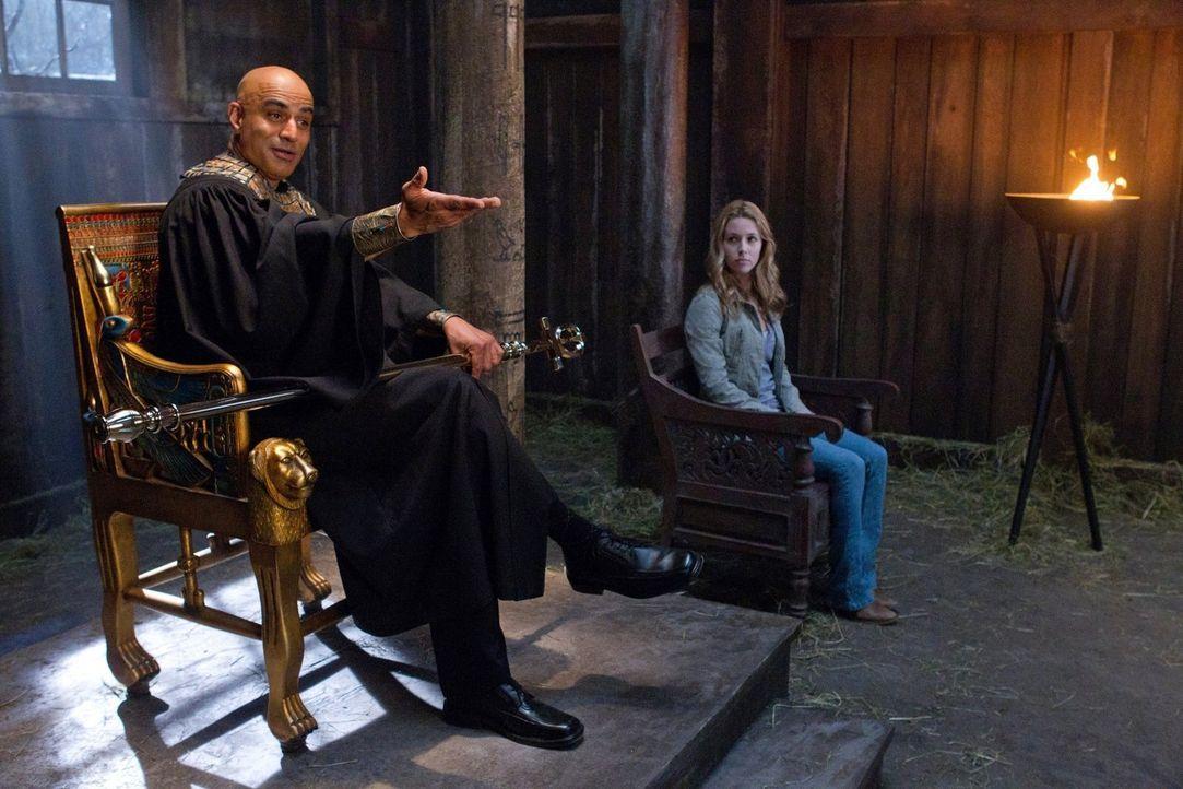 Osiris (Faran Tahir, l.) richtet seine Aufmerksamkeit auf Deans Schuld und beschließt, dass er als nächstes vor Gericht stehen wird. Sam springt als... - Bildquelle: Warner Bros. Television
