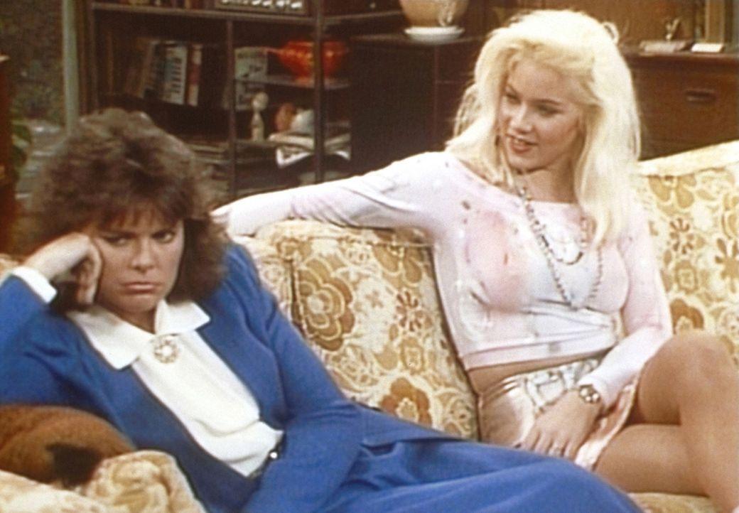 Marcy (Amanda Bearse, l.) fühlt sich zurückgesetzt. Kelly (Christina Applegate, r.) muntert sie auf. - Bildquelle: Sony Pictures Television International. All Rights Reserved.