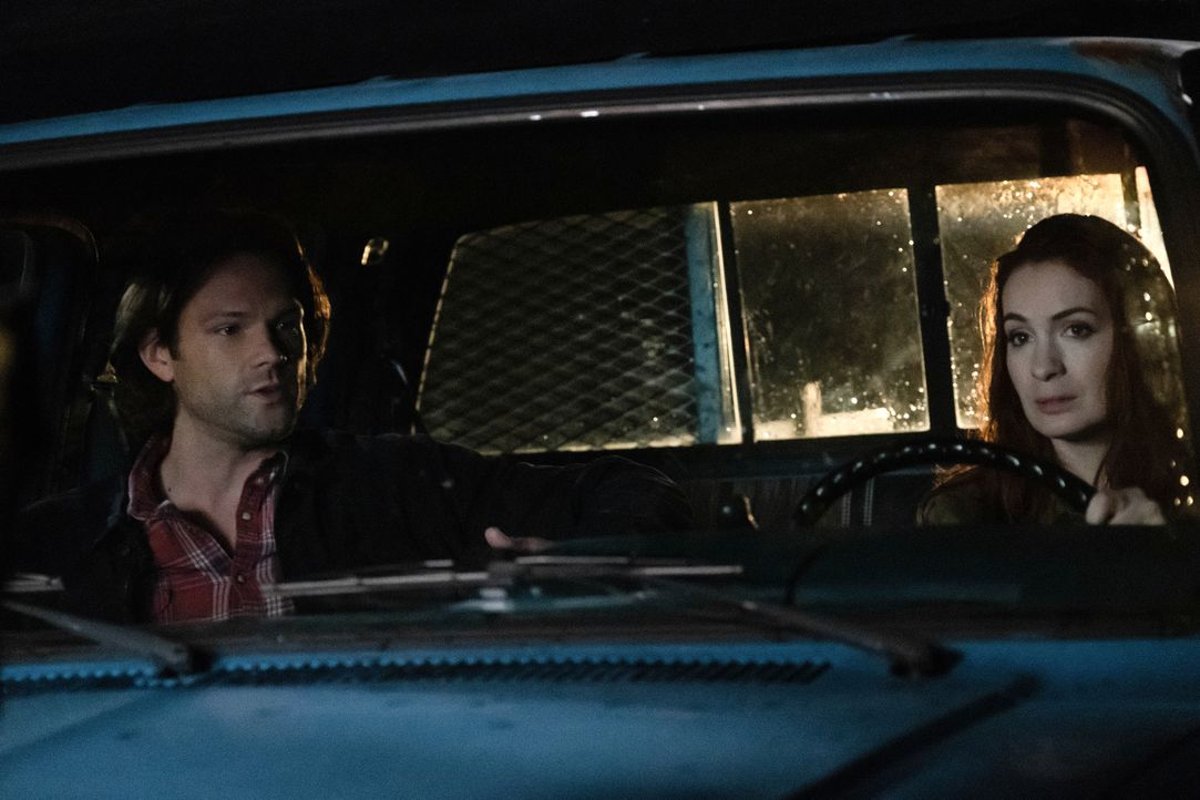 Sam Winchester (Jared Padalecki, l.); Charlie Bradbury (Felicia Day, r.) - Bildquelle: Michael Courtney 2018 The CW Network, LLC All Rights Reserved / Michael Courtney