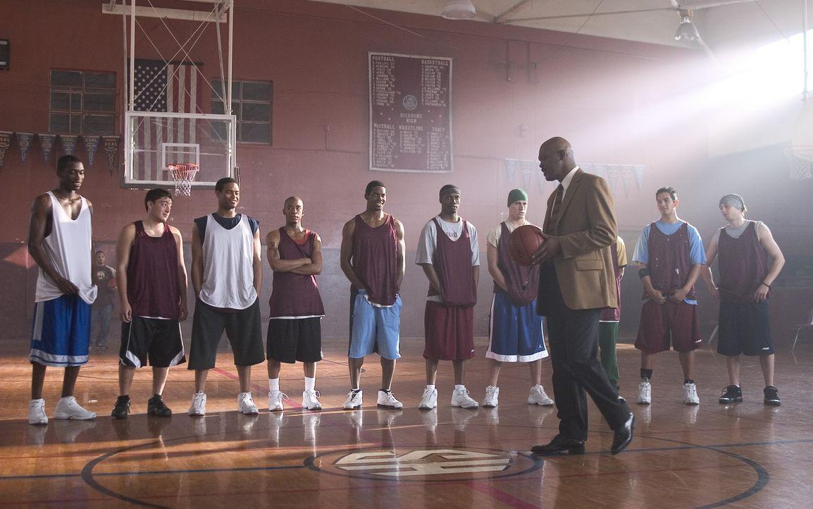 Um einem alten Freund einen Gefallen zu tun, übernimmt Coach Carter (Samuel L. Jackson, vorne) das Training der Basketballmannschaft einer Highschoo... - Bildquelle: CBS International Television