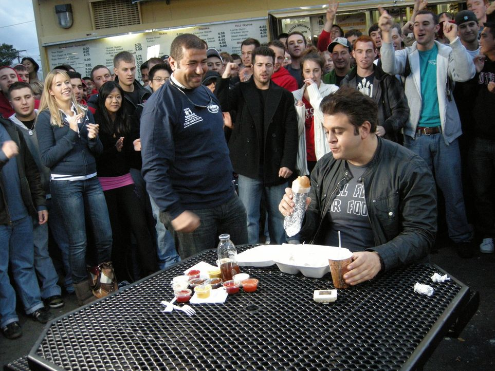 Adam Richman (r., vorne) - Bildquelle: 2009, The Travel Channel, L.L.C.