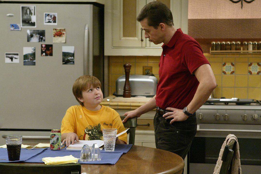 Alan (Jon Cryer, r.) will seinem Sohn Jake (Angus T. Jones, l.) erklären, dass es besser ist die Hausaufgaben bereits am Freitag zu machen ... - Bildquelle: Warner Brothers Entertainment Inc.