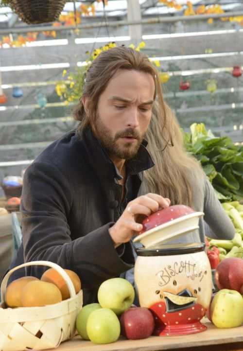 Ichabod (Tom Mison) traut dem Frieden nicht und wartet nur auf ein Zeichen dafür, dass das Böse zurückgekehrt ist ... - Bildquelle: 2014 Fox and its related entities. All rights reserved