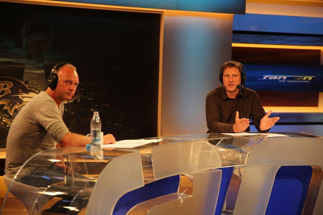 Kommentator Frank Buschmann (l.) und Experte Roman Motzkus (r.) nehmen sich dem Spiel New England Patriots gegen die Buffalo Bills an ... - Bildquelle: Alina Jahrmarkt ProSieben MAXX