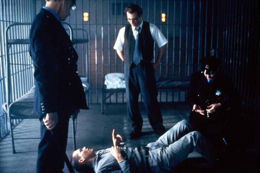 Der sadistische Gefängnisleiter Milton Glenn (Gary Oldman, M.) stattet dem Häftling Henri Young (Kevin Bacon, liegend) höchstpersönlich einen Besuch... - Bildquelle: Warner Bros.