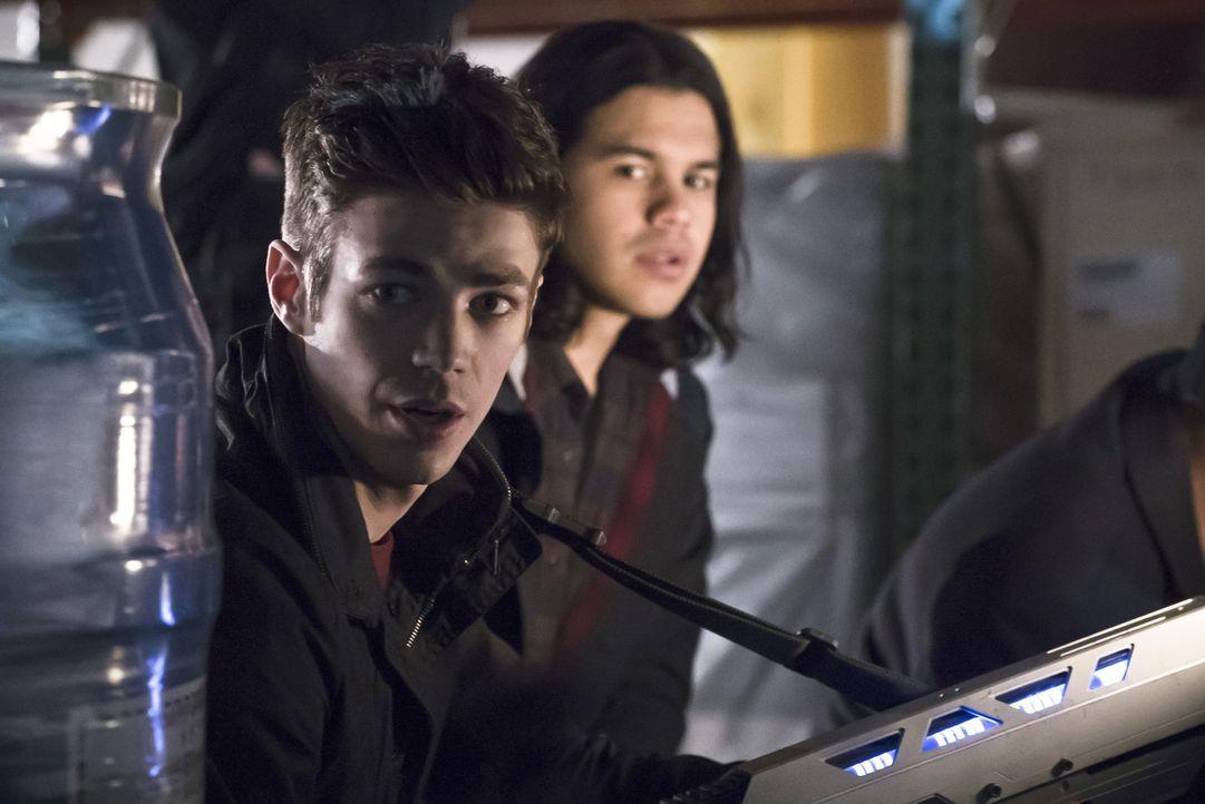 Wollen Caitlin wiederfinden: Barry (Grant Gustin, l.) und Cisco (Carlos Valdes, r.) ... - Bildquelle: Warner Bros. Entertainment, Inc.