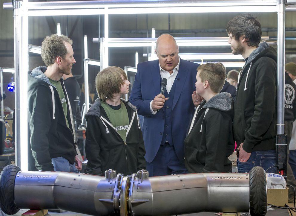 Welche Fähigkeiten hat das Team Kill-E-Crank-E ihrem Roboter verliehen, um die Konstruktionen der anderen Teams in der Arena zu zerstören? Moderator... - Bildquelle: Alan Peebles