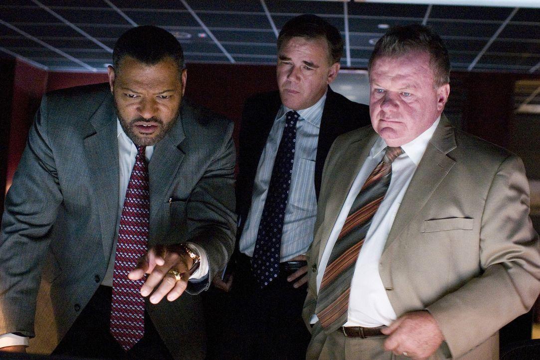 Erst spät merken Sicherheitsmann Cole Williams (Laurence Fishburne, l.) und Terry (Jack McGee, r.), dass da irgendetwas passiert, was nicht sein sol... - Bildquelle: CPT Holdings, Inc. All Rights Reserved.