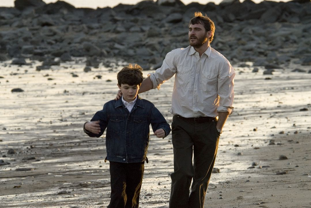 Als ein unkonzentrierter Autofahrer seinen Sohn Josh (Sean Curley, l.) überfährt, beginnt für Ethan (Joaquin Phoenix, r.) ein gnadenloser Rachefeldz... - Bildquelle: TOBIS Film