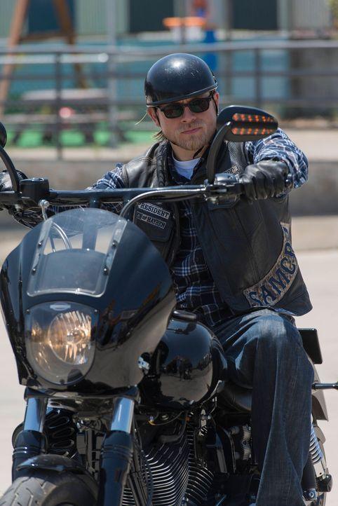Jax (Charlie Hunnam) versucht erneut, den Club aus den Waffengeschäften zu befreien ... - Bildquelle: 2013 Twentieth Century Fox Film Corporation and Bluebush Productions, LLC. All rights reserved.